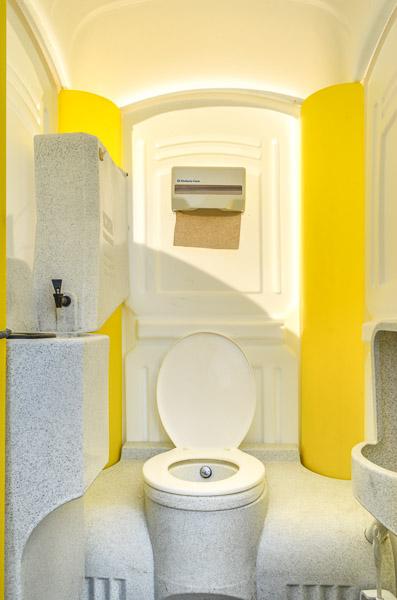 Cleancab Toilettenkabine mit Waschbecken und Urinal mieten in Aachen-